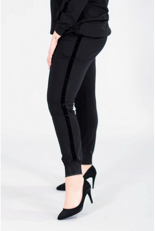 Czarne spodnie dresowe ze ściągaczem - POLA